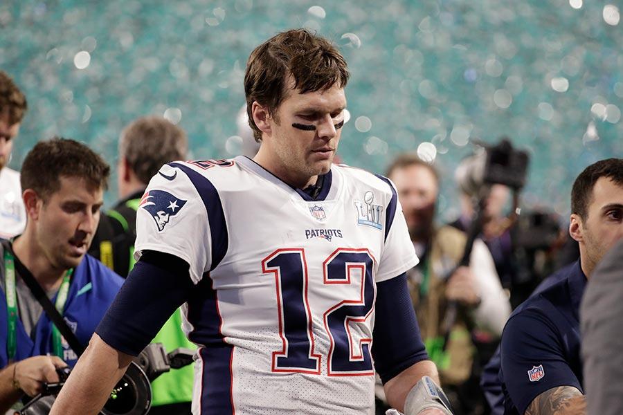 Tom Brady tem atuação fantástica, mas defesa enverga e quebra