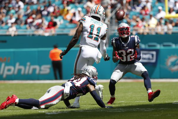 o Safety dos Patriots, Devin McCourty interceptando Ryan Fitzpatrick no Hard Rock Stadium. Créditos: Lynne Sladky / AP Images