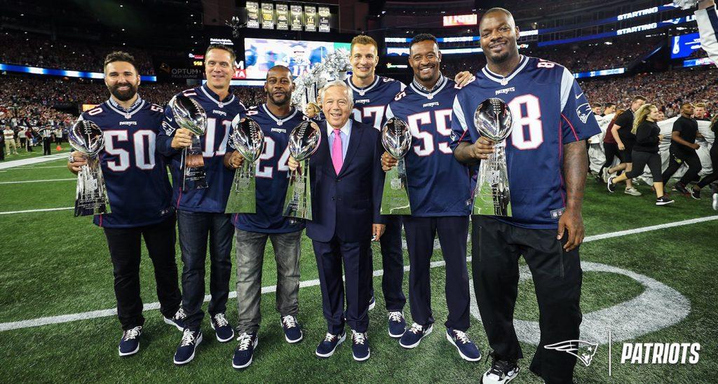 Ex-jogadores dos Patirots com o owner, Robert Kraft, e os 3 Super Bowls.